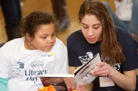 Isabella Maita '17 reads to a local child.