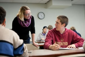 Professor Jenn Rossmann discusses an assignment with Henry Scales '17.