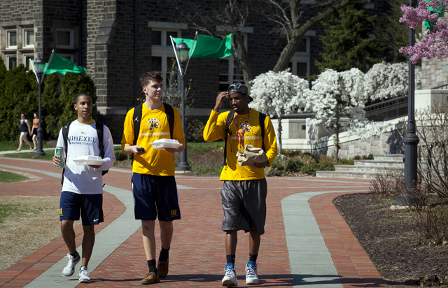Students take their lunches on a stroll across the Quad.