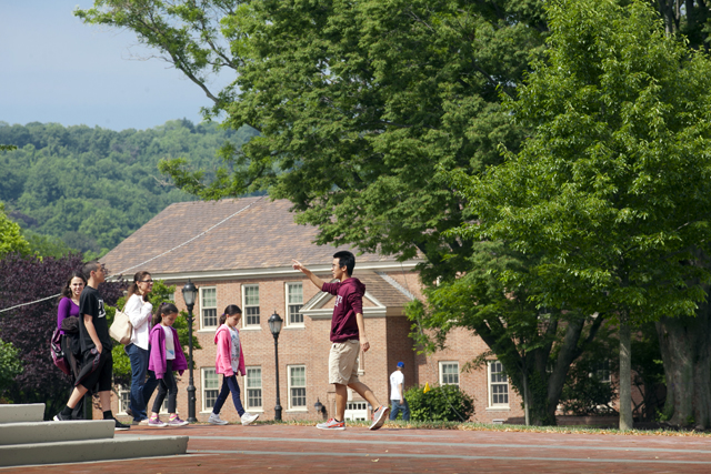 A prospective student and her family get a campus tour from an Admissions Ambassador.