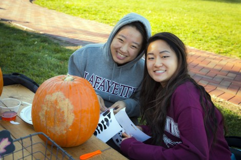Blossom Jiang '19 and Kelsea Chang '19 pick out their design.