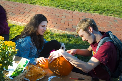 Agata Kelman '19 and John Blanchard '19 share a pumpkin.