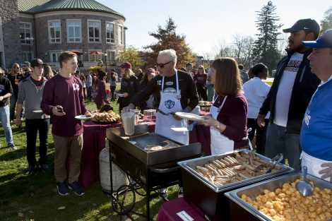 Joe and President Byerly serves students some breakfast.