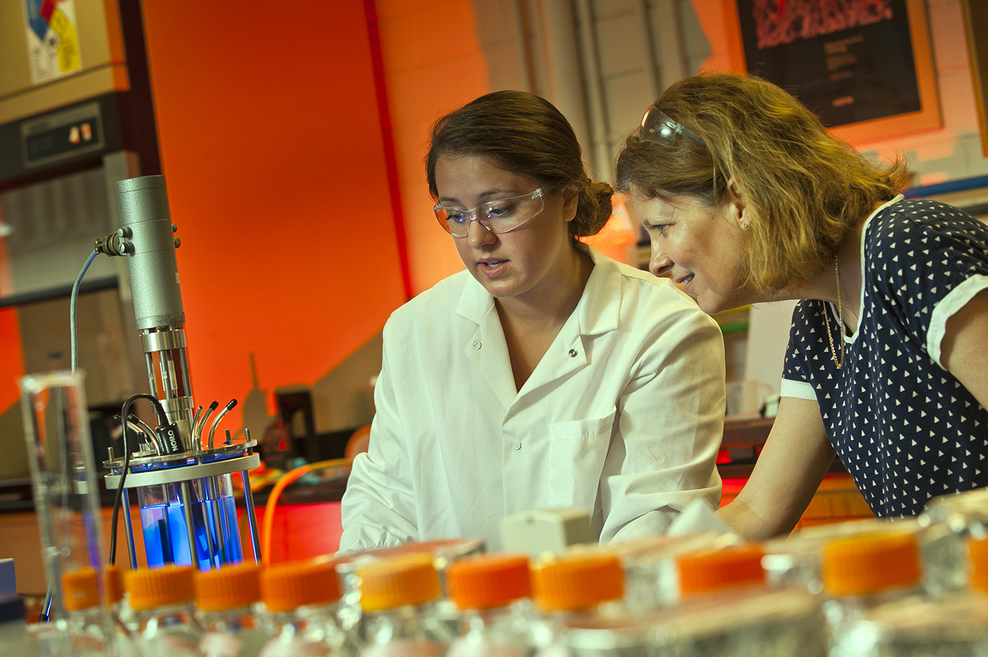 Luce Scholar Rachel Tenney '18 and Professor Polly Piergiovanni work in the lab.