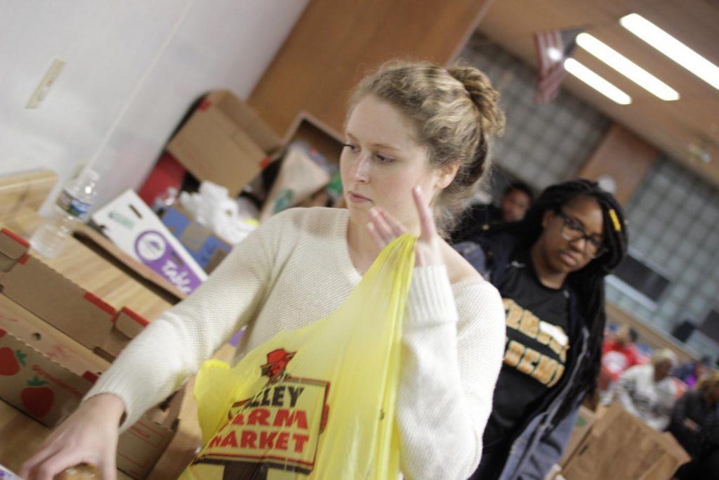 Elena Weinstein '19 works in the food pantry