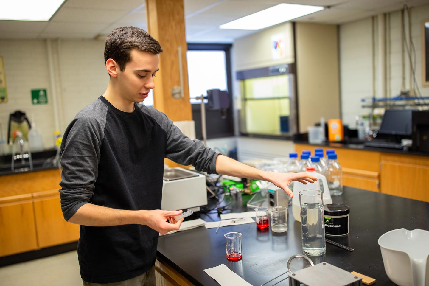 David Goundie '20 creating food spheres in the lab
