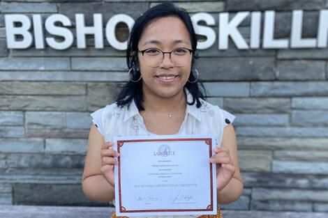 Mirana Randriamanantsoa holds certificate
